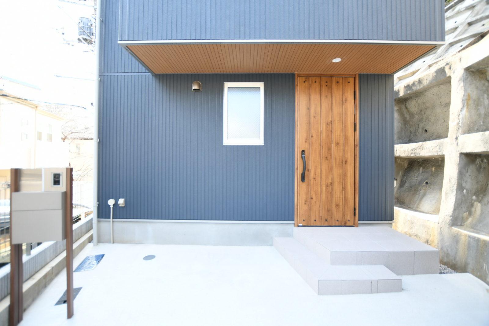 ストライプの壁と無垢の家