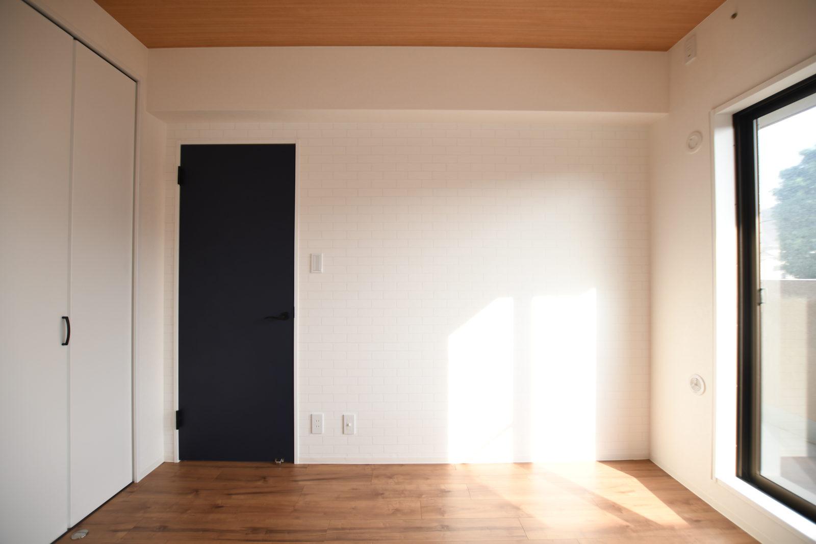 ネイビーと木目が映える部屋