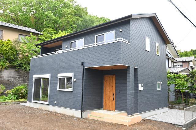 緑と自然に包まれる家