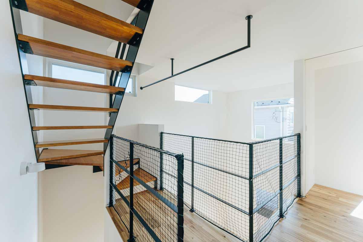 階段の先の収納スペース