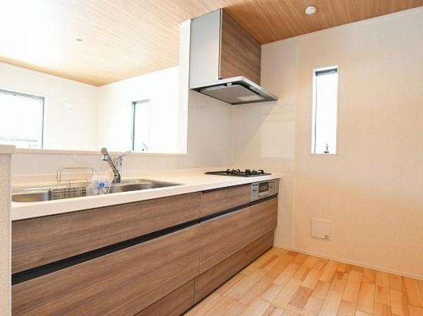 木目天井と赤味のあるフローリング・温かみのある家